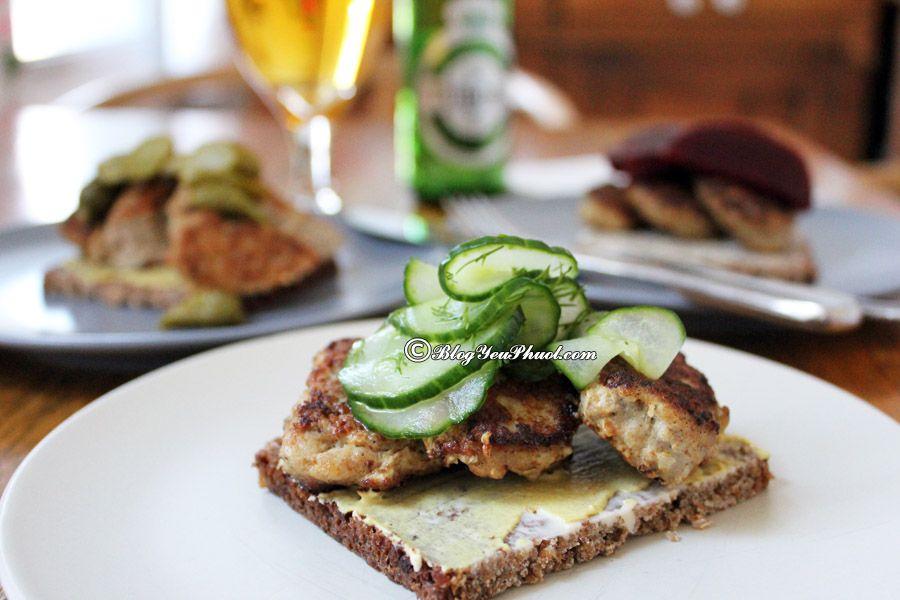 Ăn gì khi du lịch Đan Mạch?-Bánh mì Smorrebrod rất nổi tiếng ở Đan Mạch, món ăn đặc sản không thể bỏ qua khi đi du lịch Đan Mạch