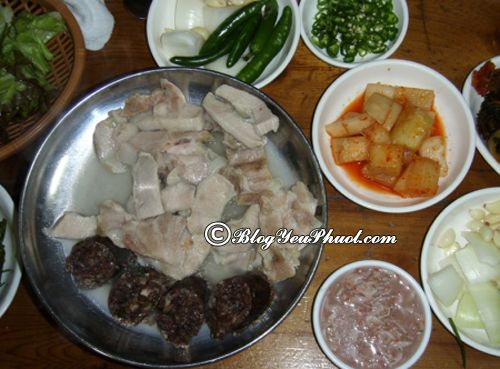 Kinh nghiệm ăn uống khi đi du lịch Busan: Khám phá ẩm thực Busan với mónTue-chi-kuk-bap (Canh thịt lợn):