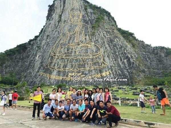 Đi đâu chơi ở Pattaya? Địa điểm vui chơi, tham quan Pattaya giá rẻ, nổi tiếng: Vách đá khảm vàng thành hình dáng Đức Phật Shukhothai đang ngồi thiền