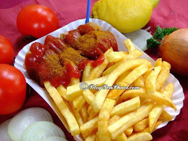 Ăn gì khi đi du lịch Đức?-Món Currywurst hấp dẫn, món ăn ngon đặc sản nổi tiếng ở Đức nên thưởng thức